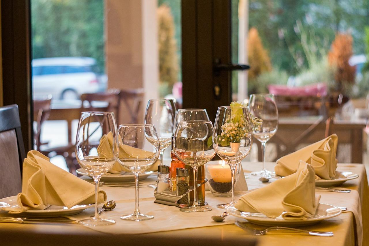 Dlaczego warto rezerwować stolik w restauracji online?